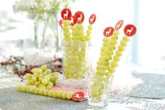 Hoy hemos querido dejaros una idea para presentar las uvas de la suerte de Fin de Año en preciosas brochetas. Fácil y vistoso