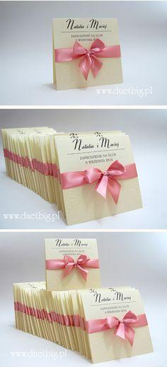 Zaproszenia wykonane dla Natalii i Macieja w kolorze ecru z pastelowym różem. Okładka przyozdobiona papierem tłoczonym z motywem kwiatowym
