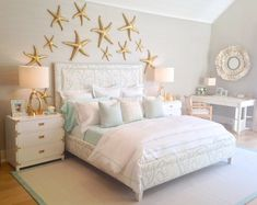 beach-theme-bedroom-decor-under-the-sea-themed-bedroom-with-a-coral-print-upholstered-bed-u0026-gold-starfish-on-the 736×586 pixels