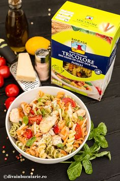 SALATA ITALIANA DE PASTE TRICOLORE CU PUI | Diva in bucatarie Fusilli, Pasta Salad, Food And Drink, Chicken, Meat, Ethnic Recipes, Salads, Crab Pasta Salad, Cubs