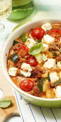 Zucchini mince-Zucchini-Hack-Auflauf Casserole also tastes great in summer – especially if you combine juicy tomatoes with minced meat and zucchini. Healthy Snacks, Healthy Eating, Healthy Recipes, Lunch Recipes, Cooking Recipes, Summer Recipes, Law Carb, Carne Picada, Pork Recipes