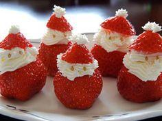 Pinspire - Pin de LeLe Vitor: Chantilly dentro dos morangos, olhos de gergilim,com criatividade, formam um lindo Papai Noel.