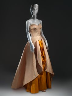 Charles James ball gown, 1948 From the Metropolitan Museum of Art. Charles James, Vintage Gowns, Mode Vintage, Vintage Outfits, Vintage Clothing, 1940s Fashion, Vintage Fashion, Edwardian Fashion, Costume Collection