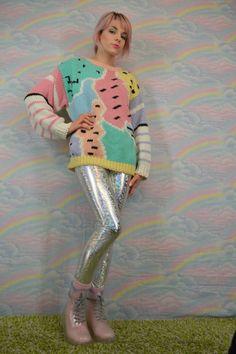 mode années 80 gros pull aux couleurs pastel avec des pantalons en latex brillants disco et Dr. Martens roses