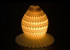מתוך התערוכה ''יוצא לאור'' של גריבי, שבוחנת, בין היתר, את היחס בין אור לחומר - נייר במקרה הזה ( צילום: אלבי צרפתי )