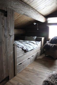 Hei! Nå erde to siste soverommenepå hytta helt ferdig. Her har vi bruktTelemark-senger fra Grindberg. Det ble så fint, akkurat s...
