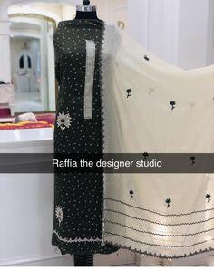 Wir sind Hersteller von Designer-Outfits @ 91 8968922443 Verfügbare Größen S bis Vintage Embroidery Suits Punjabi, Embroidery Suits Design, Embroidery Dress, Kurti Neck Designs, Blouse Designs, Indian Dresses, Indian Outfits, Designer Punjabi Suits Patiala, Pakistani Fashion Party Wear
