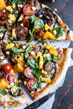 Summer Garden Pizza with Chipotle Peach and Bacon Dressing Sommergarten-Pizza mit Chipotle-Pfirsich-Speck-Dressing Pizza Recipes, Cooking Recipes, Healthy Recipes, Garden Pizza, Bacon Dressing, Chipotle Dressing, Dressing Recipe, Farmers Market Recipes, Good Food