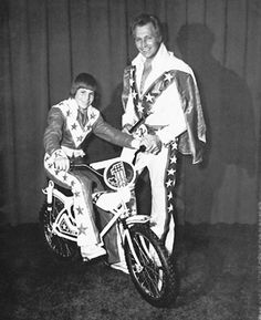 Evel and Robbie Knievel. Robbie Knievel, Evil Kenevil, American Gladiators, Motorcycle Posters, Motorcycle Helmets, Motor Harley Davidson Cycles, Circus Art, American Legend, Good Old Times