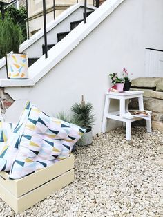 Create your own urban micro garden with Farrow & Ball key colours and a DIY crate seat. DIY outside space makeover. How to style a small outside space. Small Garden Inspiration, Home Decor Inspiration, Garden Ideas, Modern Farmhouse Style, Modern Country, Farrow Ball, Home Crafts, Diy Home Decor, Interior Decorating
