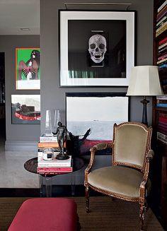 Abajur e escultura de bronze do século 19 e poltrona do século 18 compõem o canto da sala de estar no projeto do arquiteto Fabio Morozini. Na parede, obra de Damien Hirst, comprada em Nova York