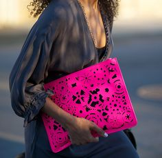 Neon laser-cut clutch. cartera mano perforada color fluor