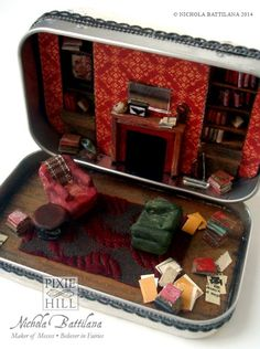 Mini Baker Street in an Altoid tin. I can't stop pinning pictures of this. It's two of my very favorite things: Sherlock, and miniatures. Holmes On Homes, Mint Tins, Altered Tins, Altered Art, Tin Art, Altoids Tins, 221b Baker Street, Tiny World, Paperclay