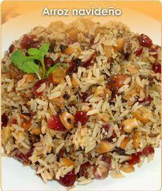 ARROZ NAVIDEÑO INGREDIENTES: 2 1/3 tazas de caldo de pollo 1 cucharadita de hierbas finas 1 cucharada de consomé de pollo, en polvo, arroz 170 g, 1 taza de arándanos 1 taza de nuez de la india, picada