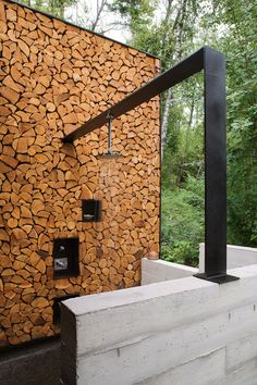 Chopped Wood Wall with Metal bar frame Modern Outdoor Shower / Stone Creek Camp / Andersson Wise Architects Landscape Architecture, Landscape Design, Architecture Design, Residential Architecture, Interior Exterior, Exterior Design, Outdoor Spaces, Outdoor Living, Outdoor Bathrooms