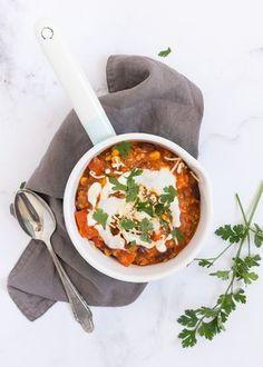 Super lekker en voedzaam is deze linzen chili con carne met rode linzen, maïs en kidneybonen. #lentilchili