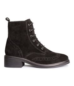 PREMIUM QUALITY. Boots in suede with a brogue pattern, laces at top, and rubber soles.