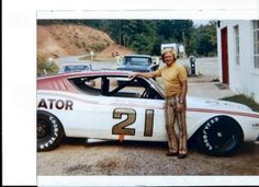 1971 - Fred Lorenzen at the Wood Brothers Shop with a 1969 Mercury Cyclone. Lorenzen was injured when he crashed the car while attempting to qualify at Darlington, SC, consequently never racing for the team. Nascar Autos, Nascar Race Cars, Old Race Cars, Classic Trucks, Classic Cars, Nascar Diecast, American Racing, Ford Fairlane, Vintage Race Car