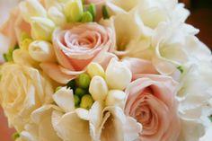 Bride's bouquet - detail. White and light pink wedding   Bouquet della sposa - matrimonio bianco e rosa