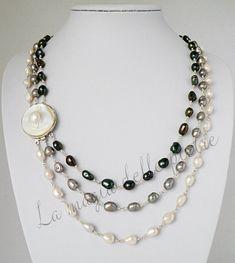 La collana con le perle di oggi è nata a pezzi. Inizialmente ero stata colpita dai 3 fili di perle accostati nella foto del venditore: naturalmente presa da