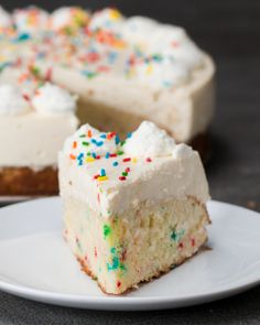 This Birthday Cake Bottom Cheesecake Köstliche Desserts, Delicious Desserts, Dessert Recipes, Yummy Food, Fun Food, No Bake Treats, Yummy Treats, Sweet Treats, Cupcakes