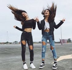 There's no one like your BFF! Check out these BFF pictures & bestie poses ideas Photos Bff, Best Friend Pictures, Bff Pics, Cute Bff Pictures, Best Friend Photography, Friend Poses, Poses For Best Friends, Friend Picture Poses, Jeans Outfit Summer