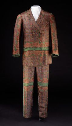 Smoking suit Place of origin: Great Britain, UK  Date: ca. 1906  Materials and Techniques: Printed silk lined with wool Museum number: T.720&A-1974 | V&A