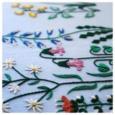 . Garden #樋口愉美子のステッチ12か月 より。 簡単なステッチで大きい面積を埋めれて、おススメの図案です。 . . . #embroidery #handembroidery #embroider #embroidered #handmade #handstitch #needlework #broderie #creator #flowerpattern #Floral #flowergarden #linen #contemporaryembroidery #modernembroidery #刺繍 #刺しゅう #花模様 #リネン