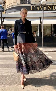 Street style at Fashion Week . Skirt Outfits, Chic Outfits, Fashion Outfits, Womens Fashion, Ohh Couture, Dior Couture, Current Fashion Trends, Spring Fashion Trends, Fall Fashion
