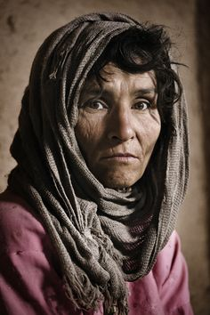 Are distant that moments when a look provoked disturbances, when life was easi Face Photography, Creative Photography, We Are The World, People Around The World, Old Faces, Foto Art, Interesting Faces, Afghanistan, Persona