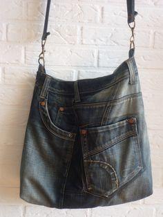Tas gemaakt van een spijkerbroek. Van een spijkerrokje is het vast heel makkelijk. - Bag made of jeans. #DIY Sewing Jeans, Only Jeans, Jeans And Vans, Denim Ideas, Recycle Jeans, Recycled Denim, Denim Bag, Handmade Bags, Creations