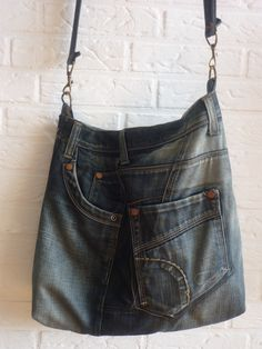 Tas gemaakt van een spijkerbroek. Van een spijkerrokje is het vast heel makkelijk. - Bag made of jeans. #DIY