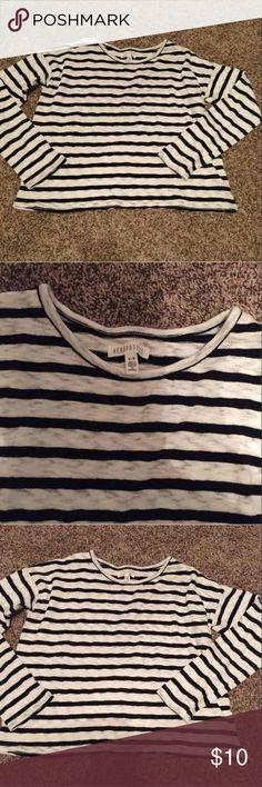 Aeropostale crop sweater! Size medium no flaws Aeropostale Tops Crop Tops