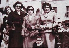 Deniz Gezmiş, annesi Mukaddes hanım ile birlikte Cumhuriyet Meydanında..(1958 - Sivas)
