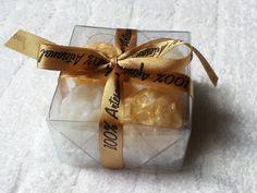 Caixinha de acetato com lindas mini esferas de rosas. Cada caixa é composta de 4 mini esferas de rosas enlaçada com fita de cetim. Ideal para lembrancinhas sofisticadas.  Apresentando perfume suave e cores a escolher.