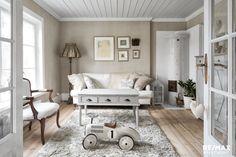 Maalaisromanttinen sisustus olohuoneessa Provence Style, My Dream Home, Entryway Bench, Sweet Home, Living Room, House, Furniture, Home Decor, Romantic