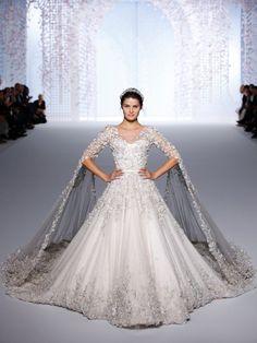 Isabeli Fontana durfte das atemberaubende Brautkleid aus der Spring/Summer 2016 Kollektion präsentieren. Damit haben sich Ralph&Russo mal wieder selbst übertroffen.