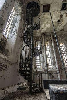 Escalera espiral en sitio abandonado