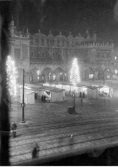 W środku II wojny światowej nikt świąt nie odwoływał. To Kraków i kiermasz bożonarodzeniowy przed Sukiennicami w 1940 roku. Stragany i oświetlone choinki nocą?