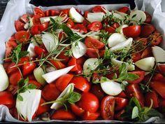 Omáčka z pečených rajčat Plech vyložíme dvojitým pečícím papírem 2 kg hodně zralých rajčat na čtvrtky 10 stroužků česneku 4 velké cibule nakrájíme na měsíčky Hrst bylinek - oregano, bazalku, tymián a rozmarýn 4 velké lžíce medu 4 velké lžíce olivového oleje pepř, sůl 3 polévkové lžíce octa balsamico Pokrájená rajčata, cibuli, celé bylinky a stroužky česneku na plech, osolíme pepříme, pokapeme olejem a medem dáme do trouby, 2 hod 180 °, všechno rozmixujeme dáme balsamico sterilujeme 20 min… Pasta, 20 Min, Kitchen Hacks, Caprese Salad, Pickles, Frozen, Food And Drink, Healthy Recipes, Healthy Food