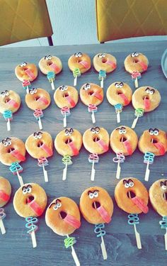Is it your son or daughter's birthday soon? With these-Bald hat dein Sohn oder deine Tochter Geburtstag? Mit diesen netten Leckereien s… Is it your son or daughter's birthday soon? With these nice treats, he / she steals … – - Birthday Party Snacks, Kids Party Treats, Birthday Cake, Donut Party, Daughter Birthday, Food Humor, Cooking With Kids, Cute Food, Creative Food