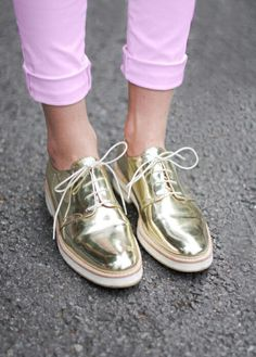 Im not the type of girl to be seen in gold shoes but theres something about these I like. The handsome shoe with a fun flare. Cute Shoes, Me Too Shoes, Pretty Shoes, Shoe Boots, Shoes Heels, Zara Shoes, Flat Shoes, Shoes Sneakers, Gold Sneakers