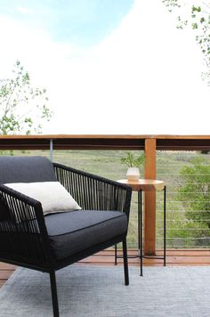 The full guide for how to install DIY cable rail in just one weekend. The easy way to give your old deck a modern look on a budget! Building Design Plan, Deck Building Plans, Cool Deck, Diy Deck, Gazebo, Laying Decking, Balustrades, Cable Railing, Deck Railings