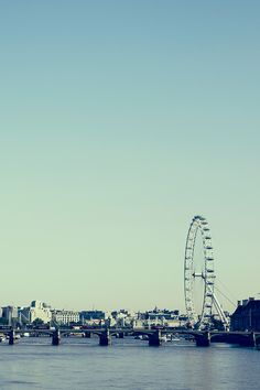 Cloudless sky over the Thames, #London 26°C | 79°F #BurberryWeather