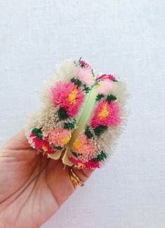 DIY Floral Pom Poms - Honestly WTF for tweens pom crafts crafts crafts Pom Pom Crafts, Yarn Crafts, Diy Crafts, Clover Pom Pom Maker, Tshirt Garn, Diy Love, Pom Pom Flowers, How To Make A Pom Pom, Thick Yarn