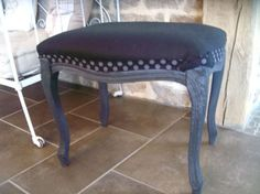 renovation d' un repose pied peinture liberon noir et grise tissus noir en lin et pois gris et noir