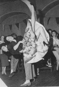 Historia de la Moda y los Tejidos: Años 50: La división de la moda Rock And Roll Dance, 1950s Rock And Roll, Dance Hall, Ballroom Dance, Shall We Dance, Lets Dance, Flamenco, Swing Dancing, Dancing Girls