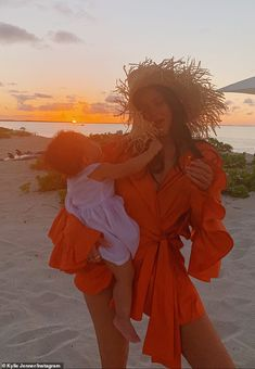 Kylie Jenner and daughter Stormi match in neon green swimsuits while on tropical getaway Cuties: The mother of one sported a straw hat over her loose tresses to round out her vaca… Kylie Jenner Outfits, Trajes Kylie Jenner, Kylie Jenner Swimsuit, Kris Jenner, Kylie Jenner Mode, Kourtney Kardashian, Kardashian Jenner, Kardashian Family, Kylie Travis
