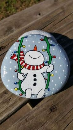 33 + Einfache DIY Weihnachten Painted Rock Design-Ideen - Gifts and Costume Ideas for 2020 , Christmas Celebration Stone Crafts, Rock Crafts, Christmas Projects, Christmas Crafts, Christmas Decorations, Christmas Ornaments, Christmas Design, Christmas Snowman, Diy Snowman