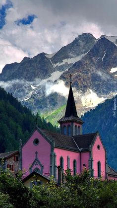 Mountain Country Church in Swiss Alps Abandoned Churches, Old Churches, Old Country Churches, Church Pictures, Take Me To Church, Church Architecture, Cathedral Church, Church Building, Destination Voyage